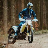 Husqvarna 701 Enduro LR, una moto con 25 litros de depósito para largas distancias offroad por 10.990 euros