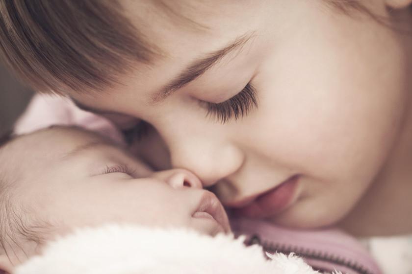 8ec397e5e Nueve consejos para evitar los celos del hermano al llegar el recién nacido  a casa