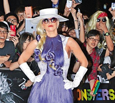 Lady Gaga se supera a sí misma con el 'vestido peludo'... y yo con estos pelos