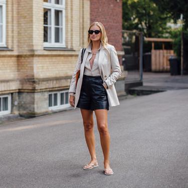 El street style de Copenhagen nos enseña a lucir el pantalón corto de polipiel negro, una prenda complicada pero perfecta para el entretiempo