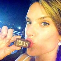 Alessandra Ambrosio recibe el nuevo año con un precioso look ibicenco