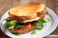 Hoy merienda cena, sandwich de pollo y canónigos. Receta de aprovechamiento