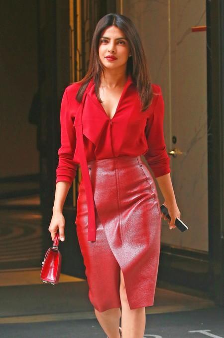 Las celebrities lo tienen claro: la falda de cuero roja es la pieza infalible para crear un look difícil de olvidar
