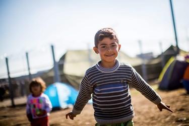 Una foto que nos conmueve: la inocencia y la grandeza de la infancia en la crisis de los refugiados