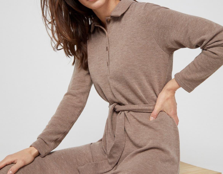Vestido polo de largo a rodilla en tejido de punto confortable. Botones de efecto hueso, en color natural. Manga larga. Aberturas laterales para mayor comodidad.
