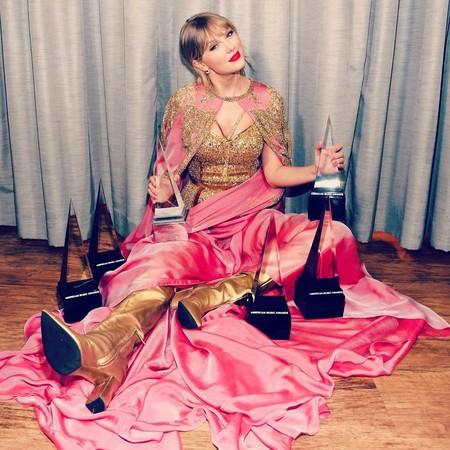 Taylor Swift convierte los American Music Awards en su noche llevándose seis premios, entre ellos, Artista de la década 2010-2020