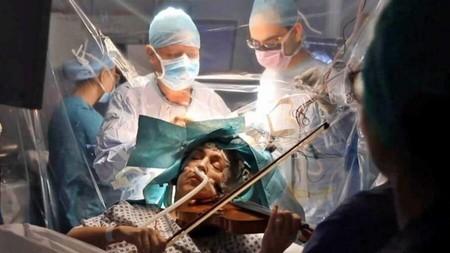 Mira cómo esta mujer toca el violín en plena cirugía cerebral