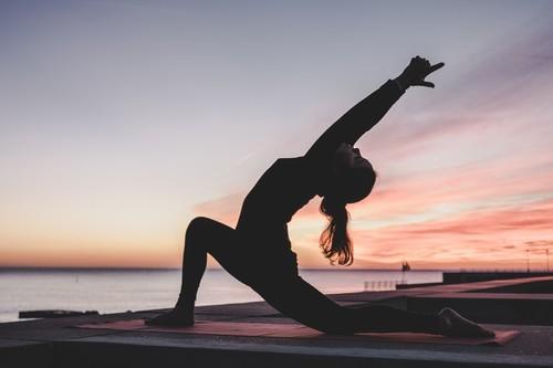 Siete posturas de Yoga para complementar tu entrenamiento en el gimnasio