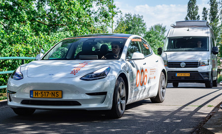 Lightyear está probando su techo solar para coches eléctricos en un Tesla Model 3