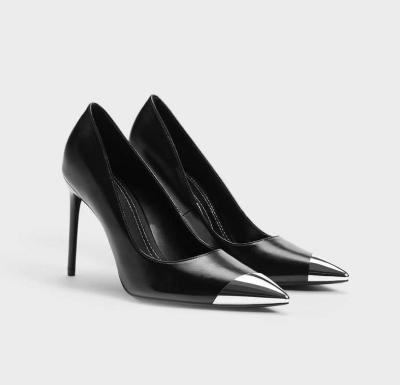 Zapato de tacón fino en color negro. Puntera metalizada plata.