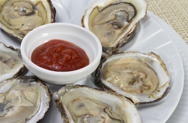 Combinando sabores, ostras y tomate