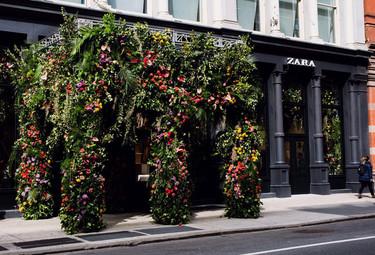 Ahora Zara también es una de las tiendas cool de Broadway con instalación floral incluida de Mark Colle