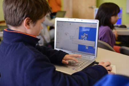 Niño usando ordenador