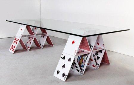 Una mesa sobre un castillo de naipes