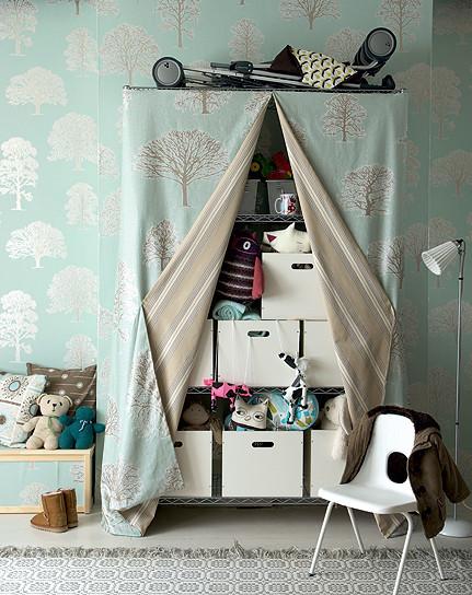 Oculta el desorden de tu estantería: empapelándola o con telas