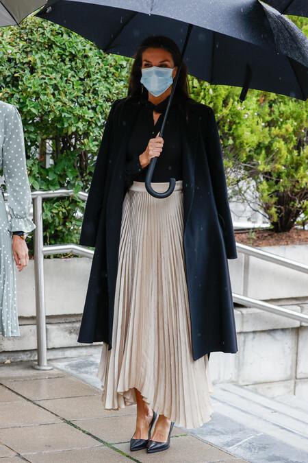 Doña Letizia con falda plisada look 2020