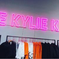 Kylie Jenner la lía muy parda en la inauguración de su pop-up shop
