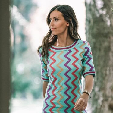 Ana Boyer tiene el vestido en zig zag más original para convertirnos en la invitada diferente que llena todo de color