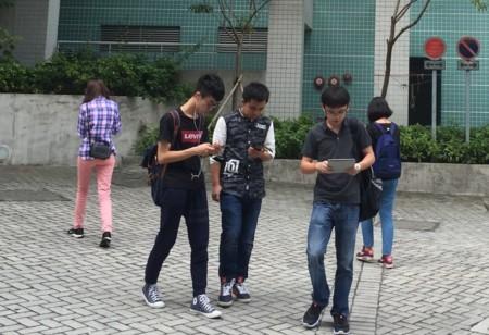 Usar el móvil mientras caminas podría ser ilegal en algunas zonas de EE.UU. ¿Y en España?
