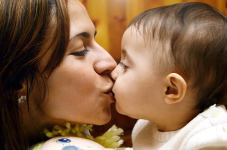 Besar en los labios a los niños
