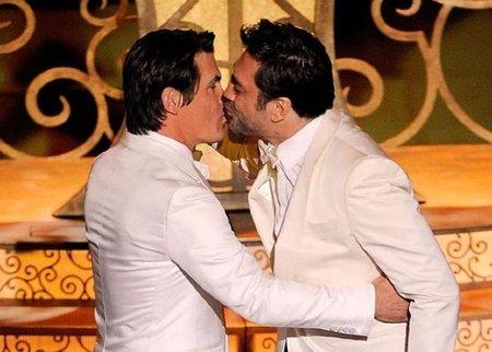 Javier Bardem le planta un pico a Josh Brolin en plenos Oscars 2011 y la Pe ni se inmuta