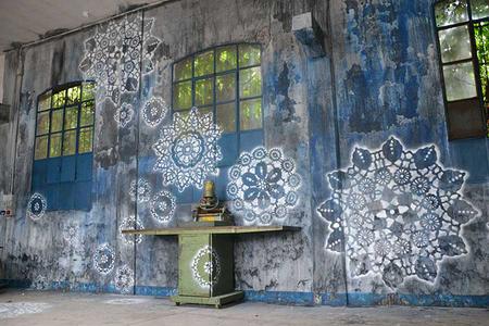La artista NeSpoon utiliza el Street Art para embellecer con encajes aceras y mobiliario urbano estropeado
