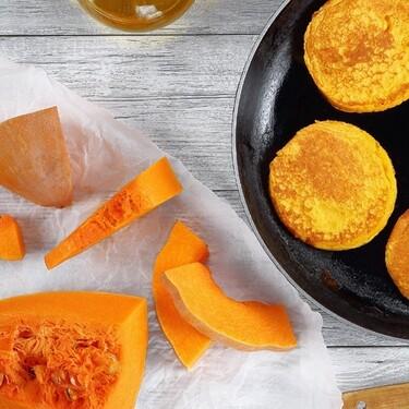 Hot cakes de avena y calabaza. Receta fácil para desayunar en otoño