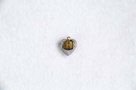 Colgante hecho con un corazón de cemento