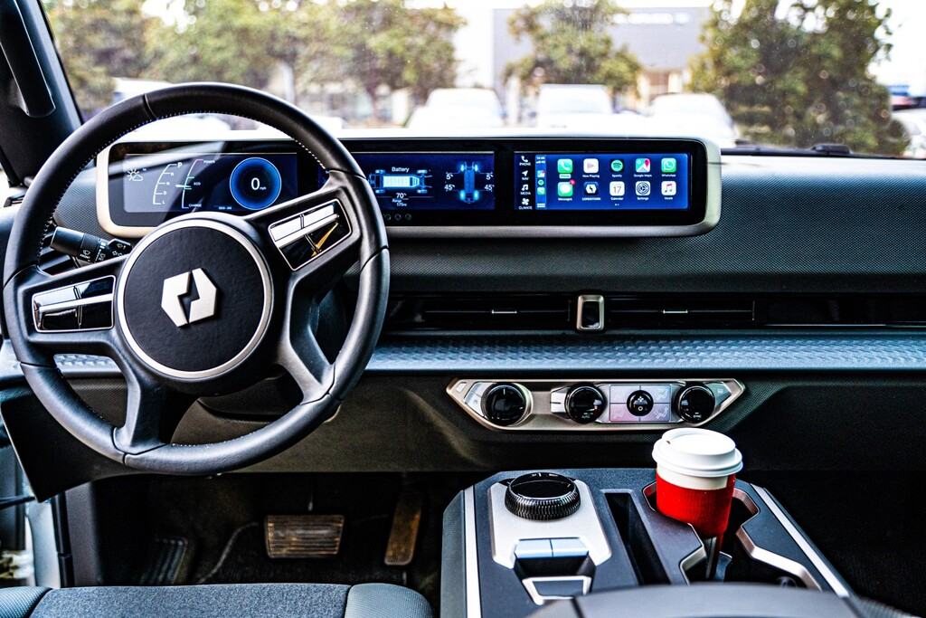 La Lordstown Endurance promete ser la primera pick-up eléctrica del mundo y ya muestra su interior con triple pantalla