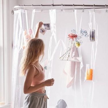 Cuartos de baño pequeños; una cortina de ducha con compartimentos para guardar cosas