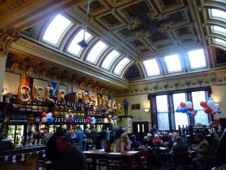 Visitando bibliotecas, pubs y cafeterías que antes fueron iglesias