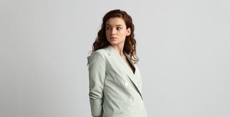 La blazer que combina con todo tu armario cuesta menos de 45 euros y será tu mayor aliada en las videollamadas de trabajo