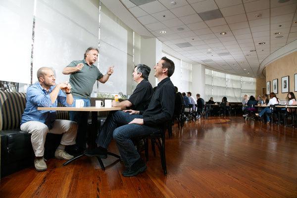 Jonathan Ive, Philip Schiller, Eddy Cue y Scott Forstall