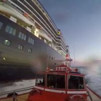 Qué hace un práctico de puerto para que pueda atracar un gran crucero. Veámoslo en un vídeo.