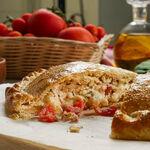 Calzone fácil de tomate y tres quesos: la pizza envuelta que es perfecta para hacer en casa (receta con vídeo incluido)