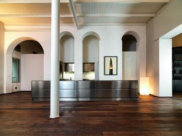 Impresionantes contrastes de materiales en el hotel Palazzo Segreti de Milán