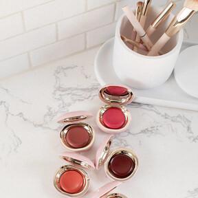 Así organizamos nuestro maquillaje en el baño: cinco ideas en las que nos inspiramos para tener los cosméticos en orden