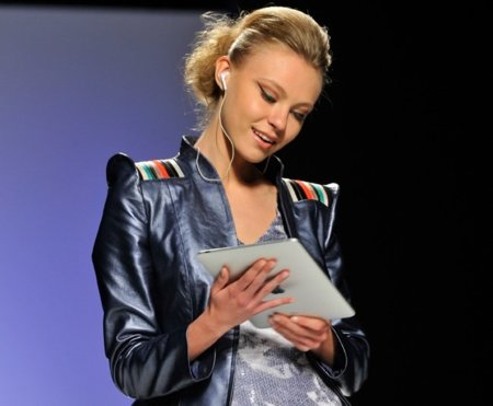 Imagen de la semana: El iPad como parte de la moda en la pasarela Gaudí Novias de Barcelona