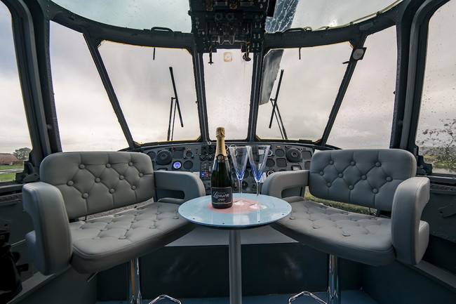 Un helicóptero de la Royal Navy inglesa se convierte en una habitación de hotel