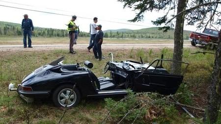 Dolorpasión™: Porsche 911 de primera generación estampado contra un árbol