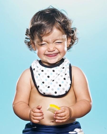 ¡Vaya caras! Retrato de niños comiendo limón