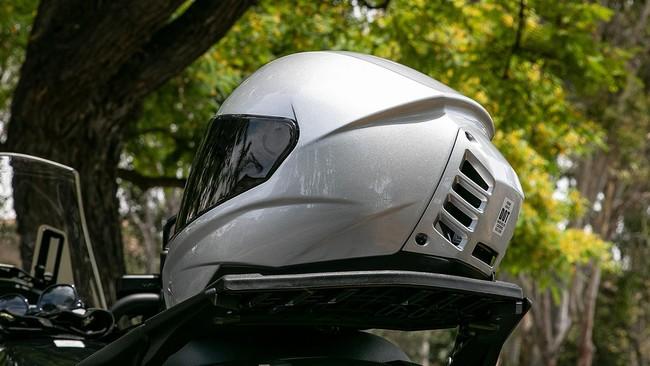El primer casco de moto con aire acondicionado promete 12 grados menos, y cuesta 470 euros