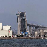 Este es el puente más inclinado del mundo y no necesita elevarse para que pasen los barcos por debajo
