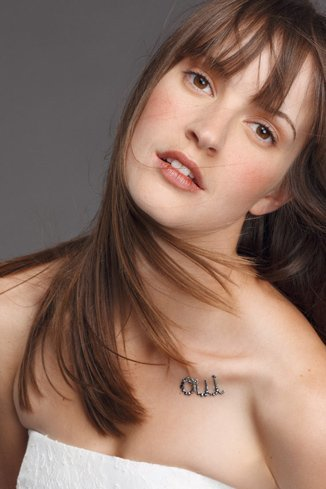 Tatuaje para novia: oui, el 'sí quiero' en purpurina para una idea sexy