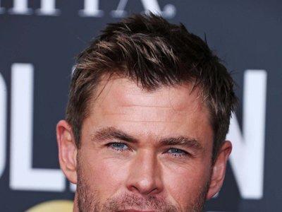 Chris Hemsworth se deja la corbata en casa para asistir a los Golben Globes 2018