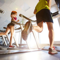 Preparar una carrera solo en la cinta de correr, ¿buena o mala idea?