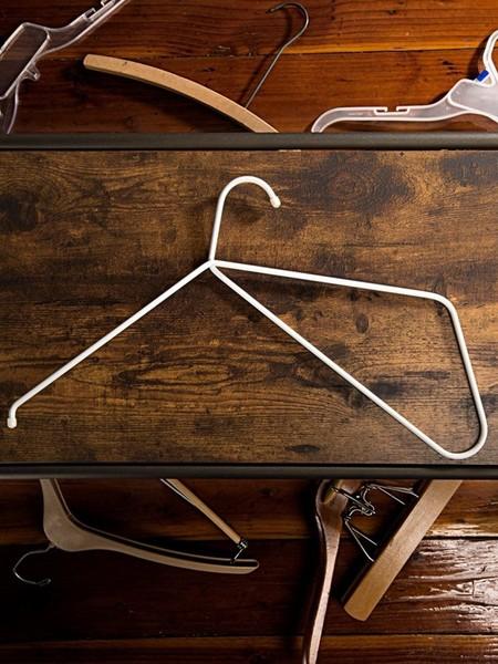 Conoce los ganchos 'Hanga', la pieza que revoluciona y cuida de tu ropa en el armario