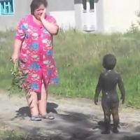 ¿Dejarías que tus hijos se revolcaran en el barro como los de este vídeo?
