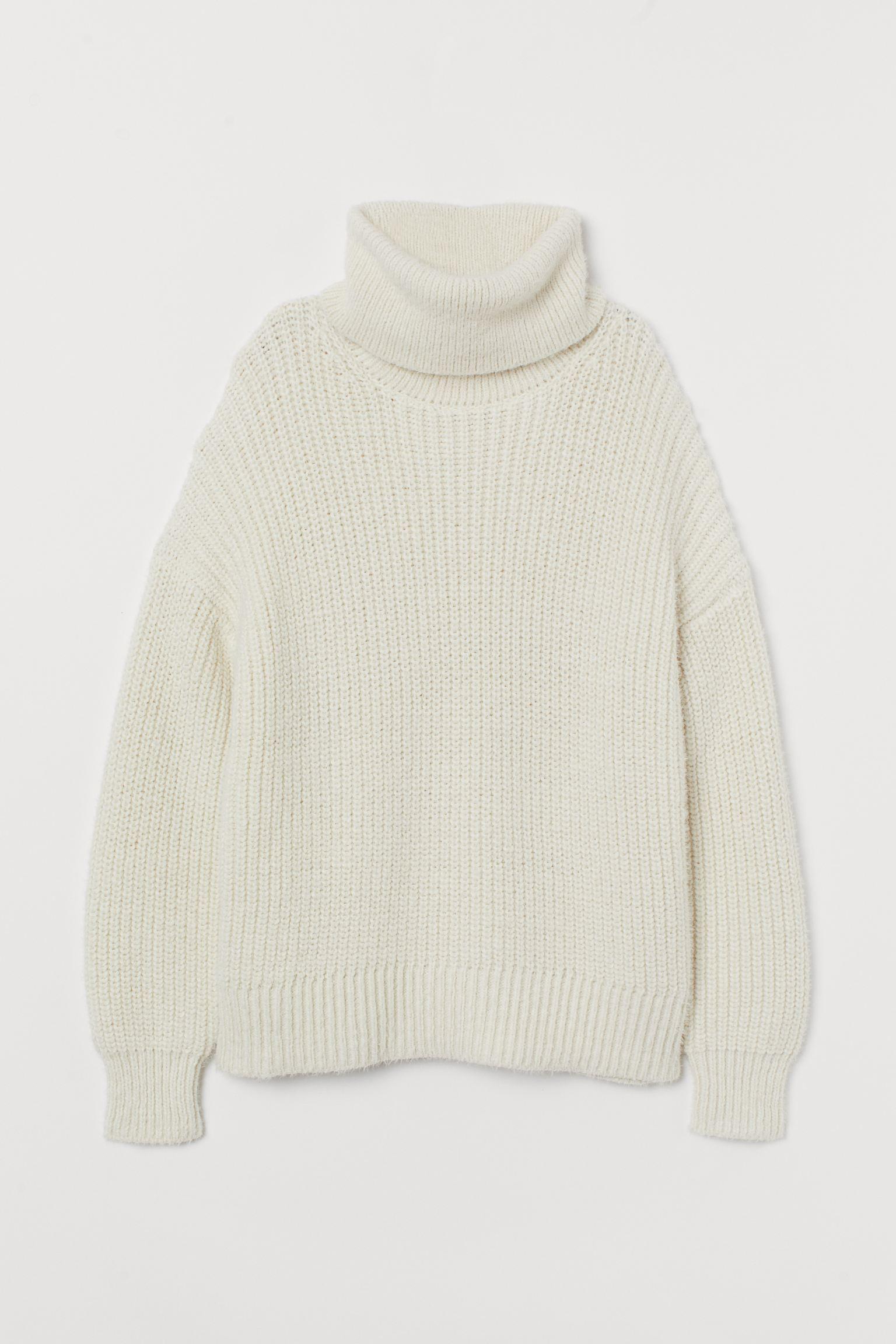 Jersey en punto suave con lana en la trama. Modelo con cuello alto, hombros marcadamente caídos y remate de canalé en puños y bajo. Confeccionado con poliéster reciclado.