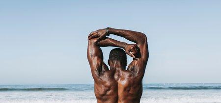 Fortalece tu espalda en casa con estos ejercicios, usando una simple banda elástica
